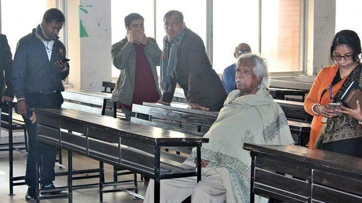 গণবিশ্ববিদ্যালয়ের ট্রাস্টি ডা. জাফরুল্লাহ চৌধুরীকে তালাবদ্ধ করে রাখে শিক্ষার্থীরা