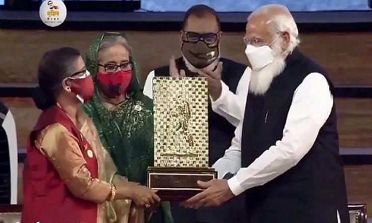 হাসিনা-রেহানার হাতে বঙ্গবন্ধুর 'গান্ধী শান্তি পুরস্কার' তুলে দিলেন মোদি